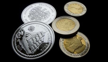 Einige neuere Medaillen, die den deutschen 10-Euro-Stücken bzw. den 2-Euro-Stücken des Vatikans nachempfunden sind und keinen numismatischen Wert besitzen.