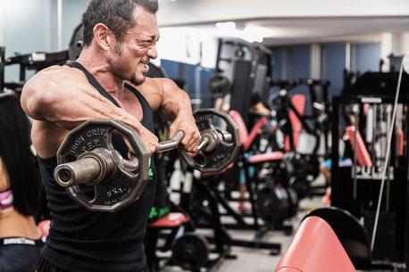 腰痛を治すために筋トレに励む男性