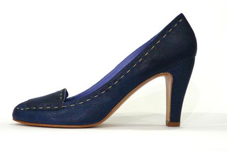 Zapato de vestir en piel grabada color azul marino de la marca Farrutx, Estilo salón con pequeña abertura en puntera y pala estilo mocasín con marca grabada, original pespunte en color crudo bordeando el zapato. Tacón de 8 cm. y suela en legítimo cuero