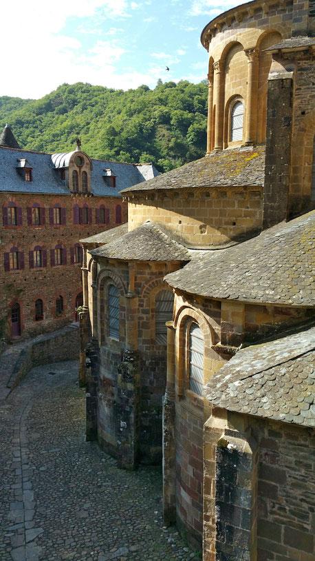 tourisme-aveyron-abbatiale-de-conques-chemin-de-compostelle-location-gite-le-colombier-saint-veran-region-occitanie