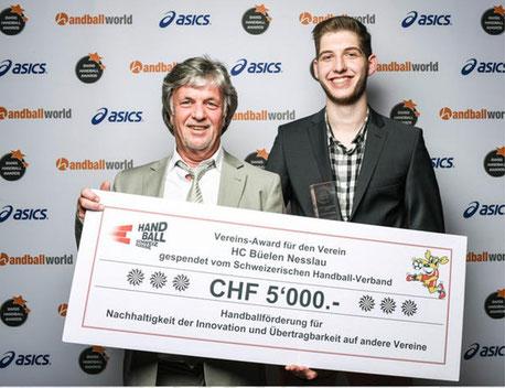 Der ehemalige Präsident Peter Ruf (l.) und sein Nachfolger Marco Tschirky mit dem CHF 5'000.- dotierten Cheque