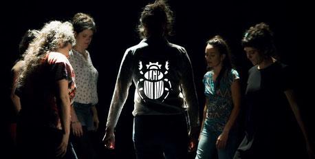 Les Goules Poly pendant le spectacle Sur La Place au Rocher de Palmer à Cenon + Logo scarabée
