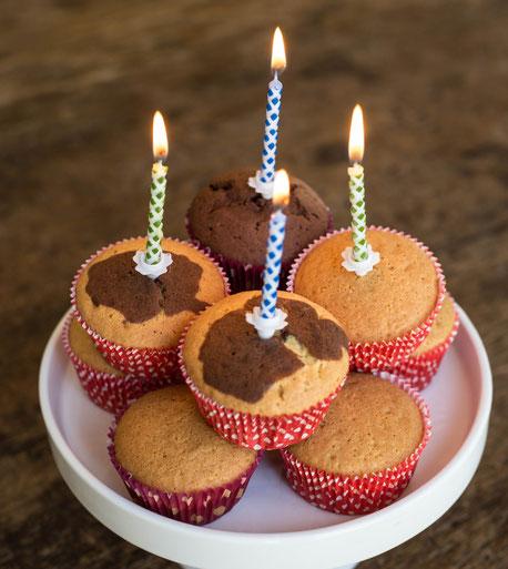 Marmorkuchen in Form von Muffins mit brennenden Kerzen
