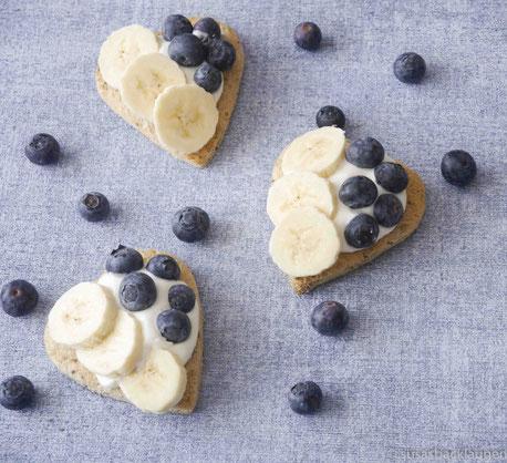 Chia-Samen-Toast mit Quark und Früchten