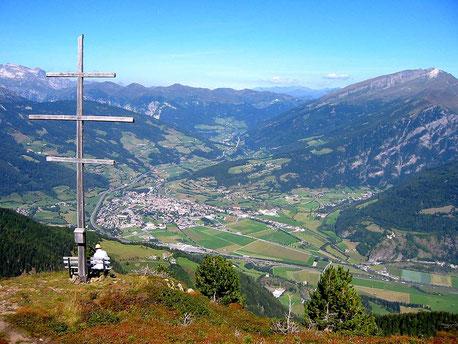 Sterzing-Vipiteno und Elzenbaumer Wetterkreuz; Foto: Fantasy, Wikipedia,