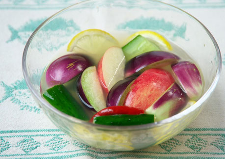透明のガラスの鉢に盛り付けられたナスときゅうりの水キムチ