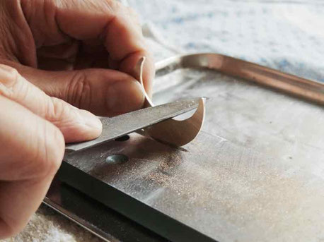 真鍮さくひん研削作業