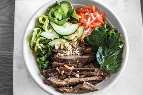 Bun Bo Xao mit frischen Zutaten und Vietnamesische Gerichte im Saigon Restaurant Rheinfelden