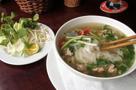 Traditonell zubereitete Pho Suppe mit frischen Zutaten wie Gemüse, Rindfleisch und Gewürzen