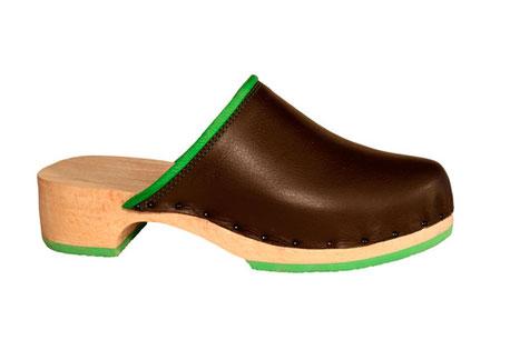 Cette image représente le nouveau modèle Rebecca, sabot suédois pour femme en cuir marron très foncé, avec bordure et surpiqûres vertes, et la semelle vibram verte assortie à l'ensemble. la semelle utilisée est plus féminine que la semelle habituelle