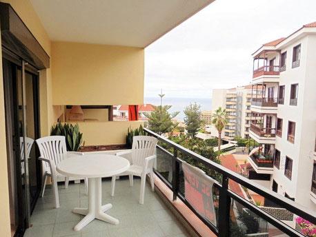 Aussicht vom Balkon auf die Strasse bis zum Meer.