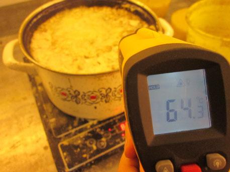 """Bienenwachs schmilzt bereits unter 70°C. Die Induktionskochplatte wird entsprechend auf kleinste Temperaturstufe (je nach Modell meist 70° oder 80°) oder auf Kochgang """"Milch"""" gestellt."""