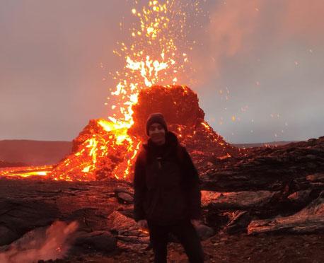 Ich vor dem ausbrechenden Vulkan Keilir