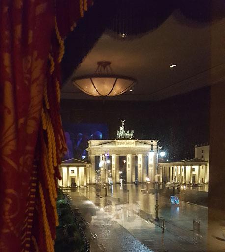 Bild: Blick aus dem Hotel Adlon in Berlin aufs Brandenburger Tor