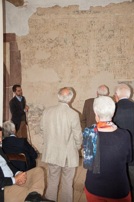 Goswin von Mallinckrodt erläutert die Wandmalereien