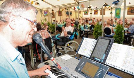 Für den musikalischen Rahmen beim Sommerfest sorgte Siegfried Winkler.