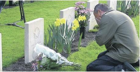 """АиФ.Европа """"Список Рейдинга"""" А. Ключников на могиле своего дяди А. Серышева, которого считали пропавшим без вести. Фото Bert Prinsen"""