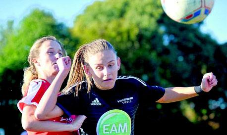 Mit Köpfchen: Jana Schwaab (r., hier vor Ricarda Mumm) gewann mit Großenenglis 5:0 gegen Frankfurt. Foto: Pressebilder Hahn