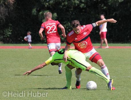 Ein hart umkämpftes Duell lieferten sich Cagrispor (in gelb) und Kalchreuth um Kapitän und Torschütze Markus Giering. (Foto: Heidi Huber)