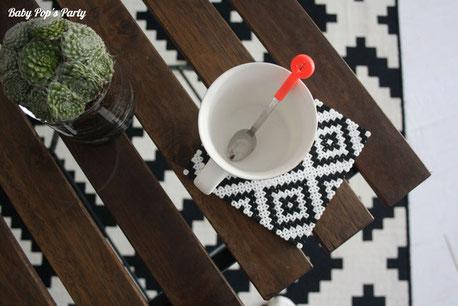 DIY dessous de verres maison en perles à repasser noir et blanc popsydeco
