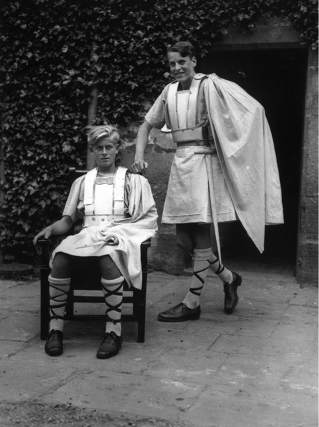 En 1935, Philip (à gauche) interprète une pièce de Shakespeare © Fox Photos/Getty Images