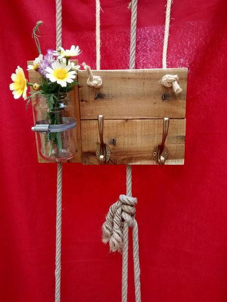 Colgador de madera de palé Home Sweet Home. Repuntomadera.