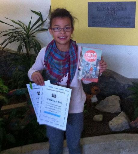 Die Schulsiegerin mit Urkunde und ihrem Buchpreis