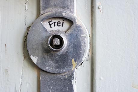 """• Veränderliches Bild """"Besetzt"""": DDR Toilettentür Besetzt. © Animaflora PicsStock – stock.adobe.com"""