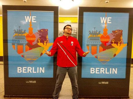 Posando junto a una campaña publicitaria de Berlín en el metro de la ciudad.