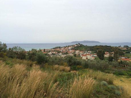 Unser Meerblick mit Finikounda vom oberen Olivenbereich