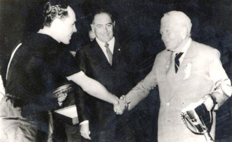 1968 Vittorio Pozzo consegna la Coppa Disciplina