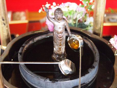 お釈迦様(ブッダ)の誕生日を祝う仏事。甘茶かけを行います。