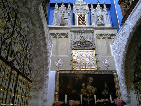 Der Schrein der Hl. Walburga befindet sich hinter der gold-silbernen Eisentür