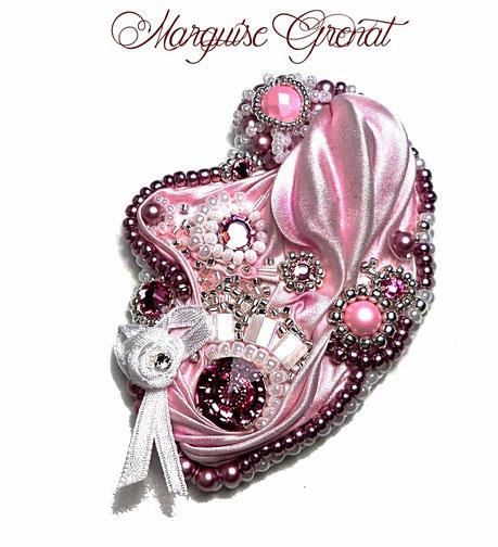 photo-broche-baroque-brodee(soie-shibori-rose-cristal-swarovski