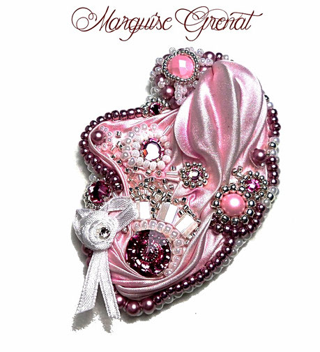 photo-broche-baroque-brodee(soie-shibori-rose-cristal-swarovski