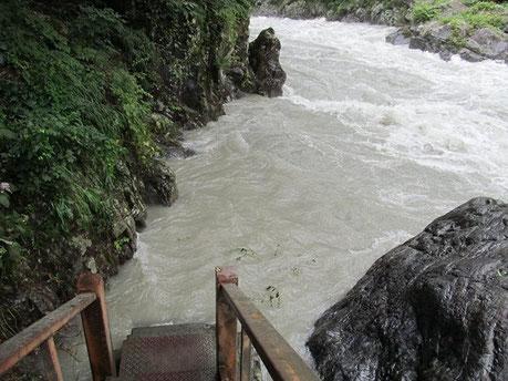 水没した遊歩道(鳩ノ巣渓谷)