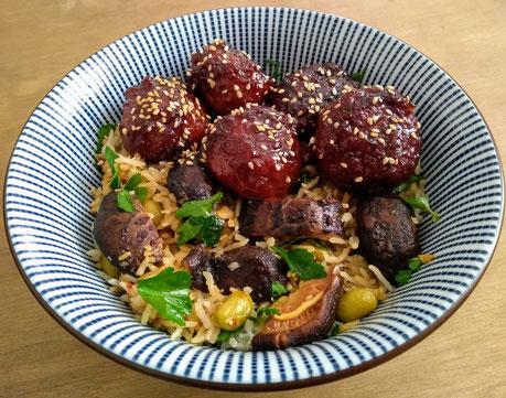 Sticky Aziatische kipballetjes met gebakken rijst en shiitake.