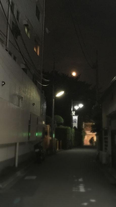 今夜の「十五夜」です。まだ早い時間だったのでオレンジ色で大きく輝いていました。低い位置で人々の家路を照らす庶民的でかつパワフルな十五夜の姿に、すごく励まされました・・・ありがとう、お月様。