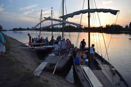 balade-bateau-traditionnel-Loire-degustation-met-et-vins-soiree-coucher-soleil-Rendez-Vous-dans-les-Vignes