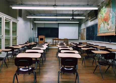 Klassenzimmer mit Schulbänken