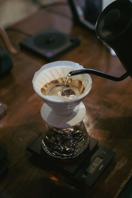 Das Wasser wird gleichmäßig über dem Kaffee verteilt, um die Extraktion so konstant wie möglich zu halten