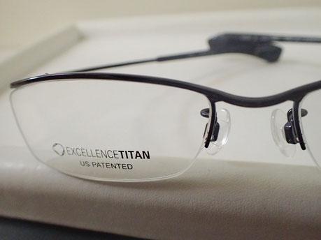 エクセレンスチタンを使用した、ズレにくいメガネ。税別¥19,000