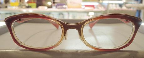 当店の従業員も掛けているメガネ。赤のグラデーションがキレイなタイプ。パッと見て重く感じるかもしれませんが、とっても軽くフィットするメガネになっています。