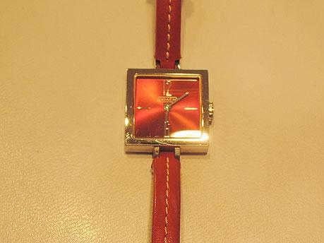 鮮やかな赤が特徴的なCOACH(コーチ)時計の電池交換修理