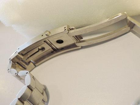 オメガのベルト中留部分。長く使っていると、きちんとベルトが固定されない不具合が起こります。