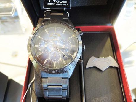 バットマンとスーパーマンのロゴをかたどった、オリジナルピンズ入り。時計の裏にはシリアルナンバーが刻印されています