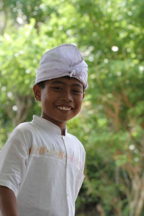 Portrait d'un enfant  Balinais allant au temple.