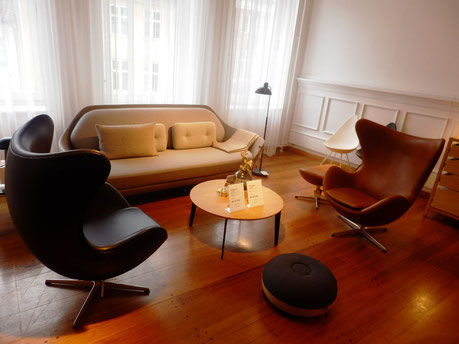 アルネヤコブセンのエッグチェアなどいかにも高級な家具