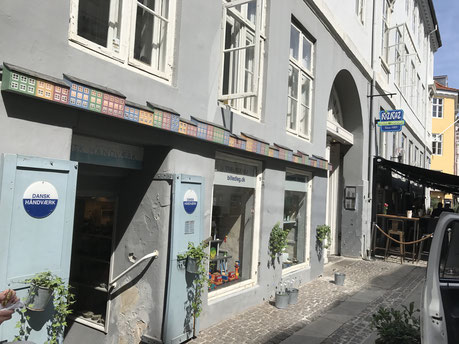 ストロイエの裏路地のセンス良い雑貨屋。デンマーク人の女性店主さん、日本語で「コンニチワ」って(^^)
