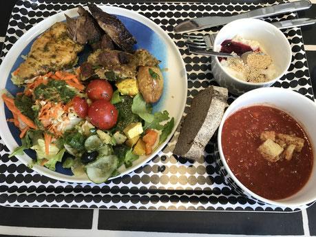 贅沢にマリメッコ食器で頂くベジタリアン向けの食事